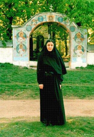 Схимонахиня Николая на послушании у незабвенного духовного отца Батюшки Николая. 22 августа 2002 года