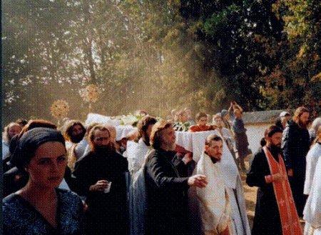 Благодатное облако над мощами незабвенного Батюшки Николая при переносе мощей из Храма на кладбище 26.08.2002